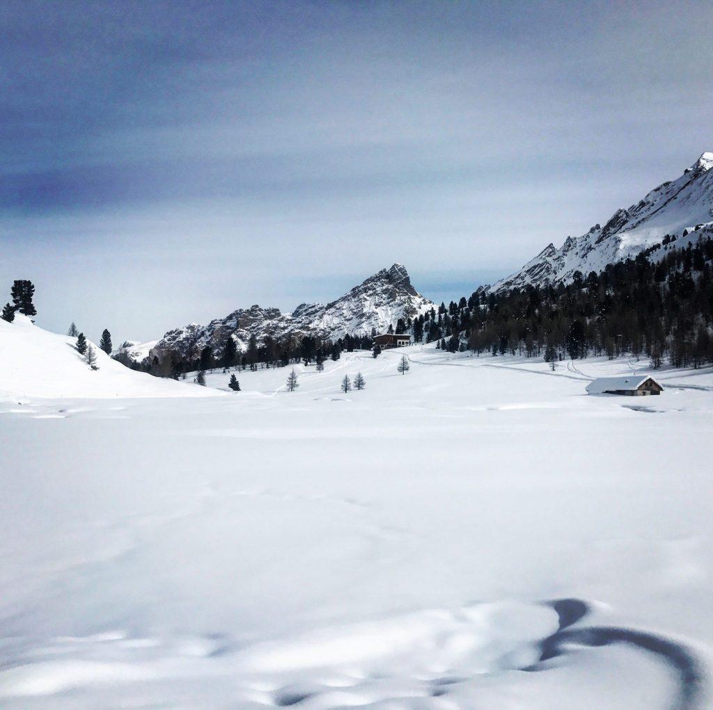 paesaggio dal rifugio lavarella con il gatto delle nevi