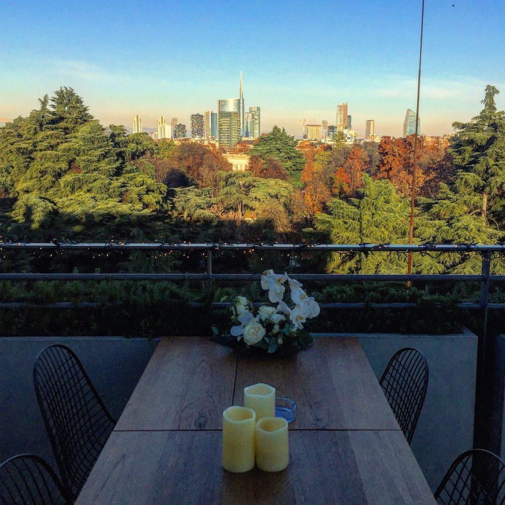 caffè al tavolino della terrazza triennale milano