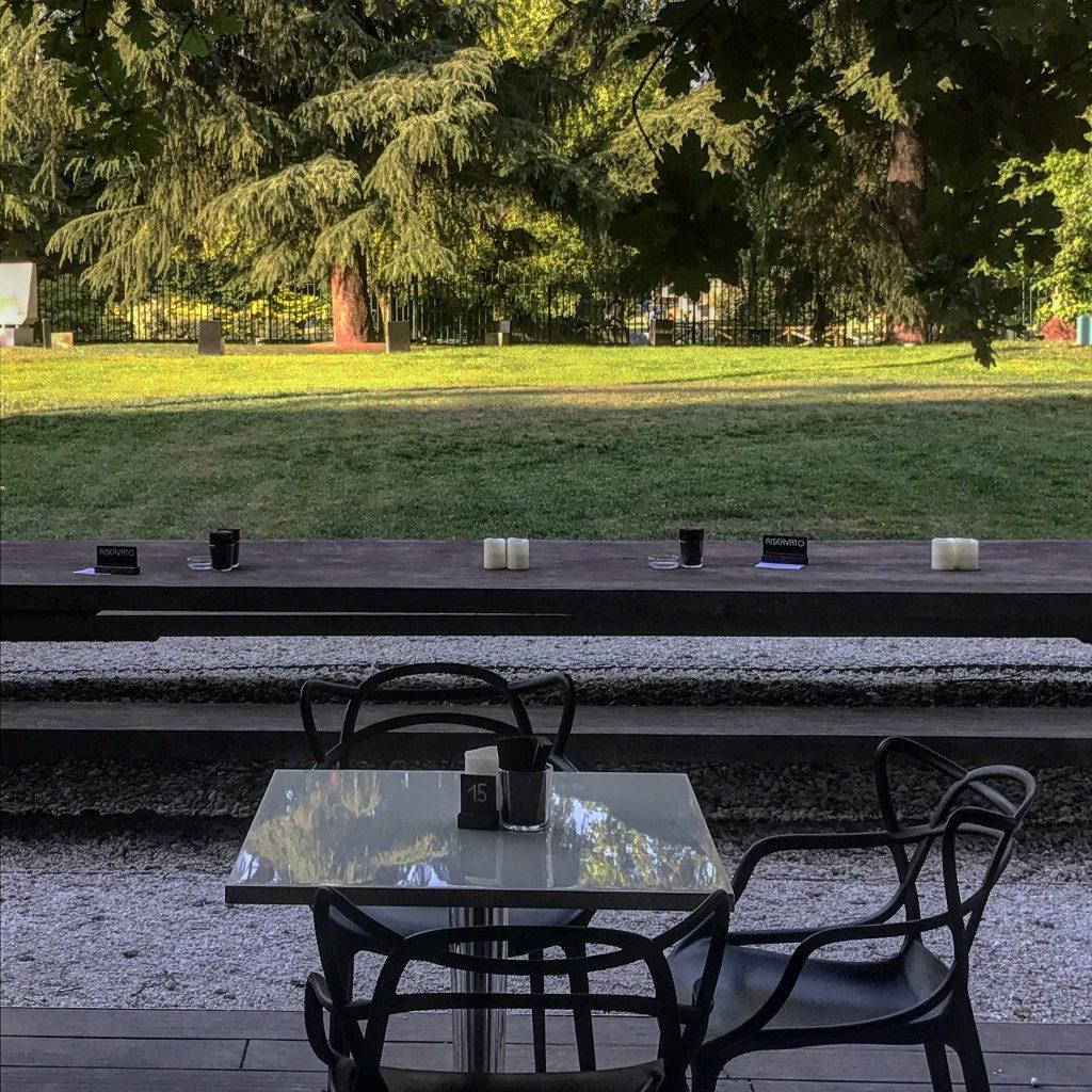 tavolini per un caffè alla triennale milano
