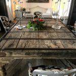 tavolo nel saloneper dormire al faro di capospartivento