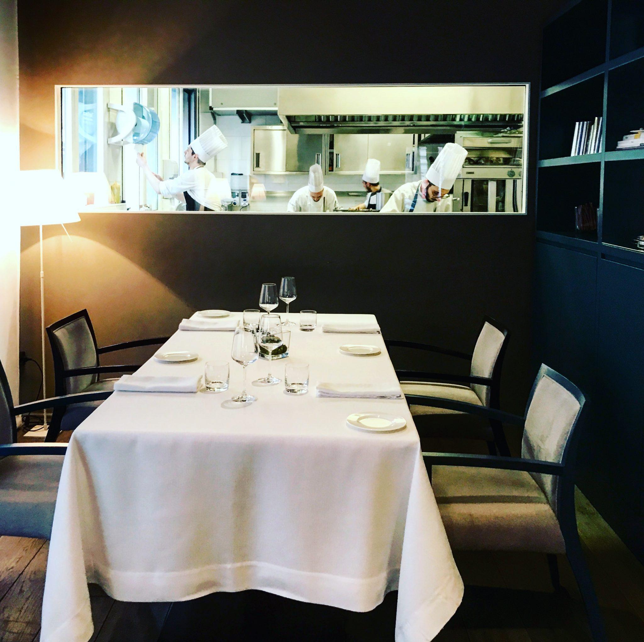 cucina a vista del ristorante tre cristi a milano