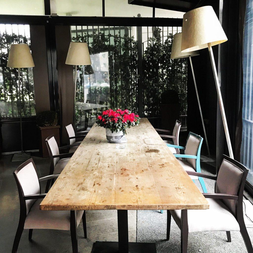tavolone esterno del ristorante tre cristi di milano