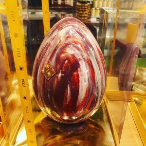 le uova di cioccolato di pasqua nelle pasticcerie di milano