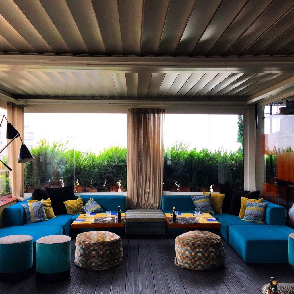 Interno del rooftop Terrazza 12 a milano per l'aperitivo
